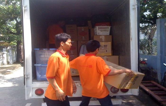 Nhờ bạn bè phụ giúp hoặc thuê công ty vận chuyển giá rẻ